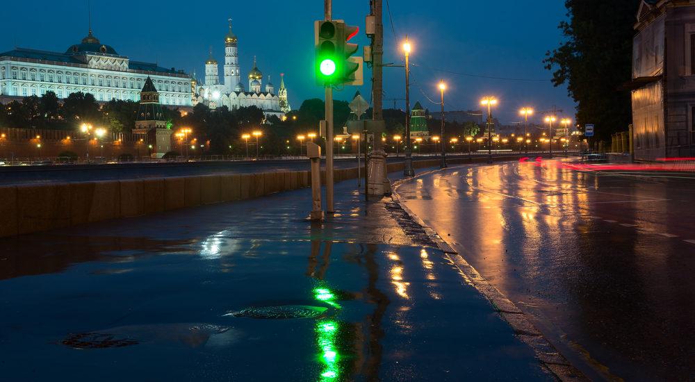 Sofiiskaya Embankment, Moscow Kremlin, night, green traffic light