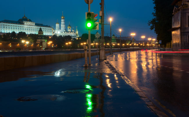 Sofiiskaya Embankment, Moscow Kremlin, night, green traffic light